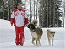 Rusk� prezident Vladimir Putin na zimn� proch�zce se sv�mi psy (24. b�ezna 2013)