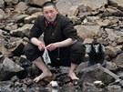 Severokorejský voják si pere ponožky v řece Yalu, které tvoří hranici s Čínou