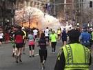 Jeden z výbuchů v cílové rovince bostonského maratonu (15.dubna 2013)