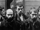 Skupina Židů zadržených jednotkami SS během likvidace varšavského ghetta v v květnu 1943.