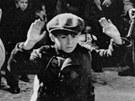Květen 1943. Německé jednotky eskortují Židy z varšavského ghetta.