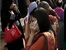 Vystrašené obyvatelky pákistánského Karáčí zjišťují, co se stalo. Íránem