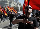 """Demonstranti se sešli pod heslem """"Pryč s monarchií, za třetí republiku""""."""