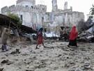 Nejméně 43 lidí přišlo v neděli o život při pumových útocích a následných