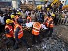 Záchranáři s dobrovolníky pátrají po přeživších tragédie na předměstí indické...