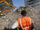 Záchranáři spolu s dobrovolníky pátrají po přeživších tragédie na předměstí...