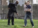 Bosý muž běží v Bostonu během policejního honu na podezřelého z bombového útoku