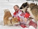 Vladimir Putin venčí své psy v zasněženém parku v Moskvě. (10. dubna 2013)