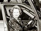 Margaret Thatcherov� za volantem roveru p�ed sv�m premi�rsk�m s�dlem v