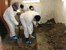 Policisté vykopávají v garáži ve Slezské Ostravě těla zavražděných manželů.