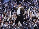 Jihokorejský zpěvák Psy zpívá na koncertě v Soulu, během něhož představil svou