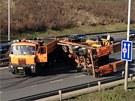 U sjezdu na Štěrboholy se v pondělí srazila dvě nákladní auta (15. dubna 2013).