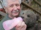 Filmař Václav Chaloupek se na své hájence stará o dvě medvíďata Martina a Agátu.