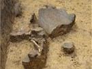 Únětická zásobní jáma s vypreparovanými zlomky keramických nádob a opálených