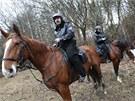 Z koňského sedla je lepší výhled, proto před pátrací rojnicí jeli dva členové