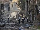 Lidé stojí v ulicích zničeného syrského města Dajr az-Zaur.