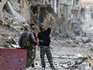 Vojáci Svobodné syrské armády si prohlížejí ulice zničeného města Dajr az-Zaur.