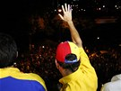 Poražený prezidentský kandidát Henrique Capriles zdraví své příznivce.