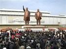 Severokorejci se přišli poklonit k sochám uctívaných vůdců Kim Ir-sena a Kim