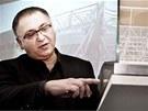 Architekt Oleg Haman ukazuje model nového fotbalového stadionu v Hradci Králové.