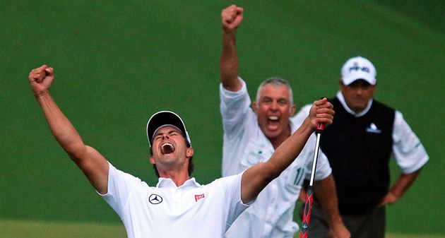 ROZHODNUTO. Australan Adam Scott a za n&#237;m jeho caddie Steve Williams slav&#237;