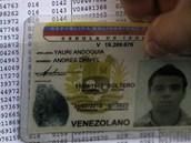 venezuelský mladík si na voličském seznamu kontroluje, do jaké místnosti má