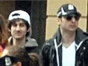 Bratři Džochar Carnajev (vlevo) a Tamerlan Carnajev v dějišti bostonského maratonu