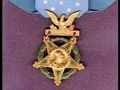 Medaile cti, nejvyšší americké vojenské vyznamenání. Zleva v provedení pro
