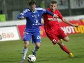 Brněnský Milan Husár (vpravo) bojuje o míč s Václavem Koutným z Olomouce.