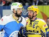 Zlínský hokejista Petr �ajánek (vpravo) se p�etla�uje s plze�ským Pavlem