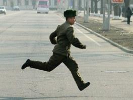 Severokorejský voják utíká ulicemi Pchjongjangu (14. dubna 2013)