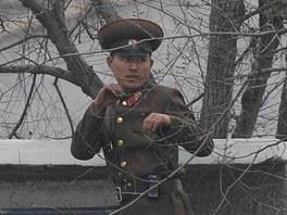 Severokorejský voják na hranicích s Čínou trénuje boxerské pohyby (14. dubna...