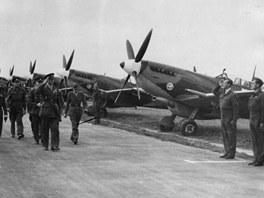 �eskosloven�t� st�ha�i britsk�ho Kr�lovsk�ho letectva se sv�mi letouny Spitfire
