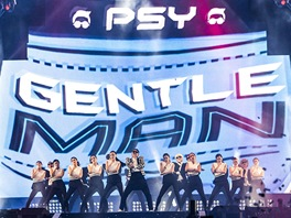 Jihokorejský zpěvák Psy zpívá na koncertě v Soulu svou novou píseň Gentleman