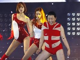 Jihokorejsk� zp�v�k Psy skl�d� na koncert� v Soulu, b�hem n�ho� p�edstavil