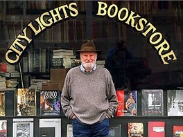Lawrence Ferlinghetti p�ed sv�m knihkupectv�m City Lights v San Francisku