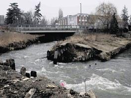 Historický jez u Šantovky se po letech chátrání při jarním tání v roce 2010...