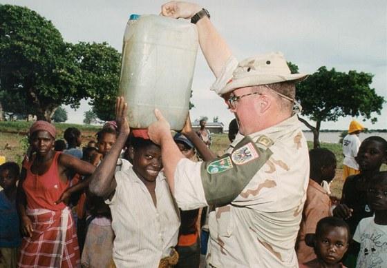 Rakouští vojáci pomáhají v Mosambiku; rok 2000