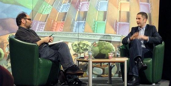 Tom Rachman (vpravo) diskutuje v Belfastu s Malachim O'Dohertym