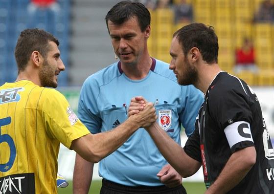 Teplický Admir Ljevakovič (vlevo) a Filip Klapka z Hradce Králové před vzájemným zápasem.