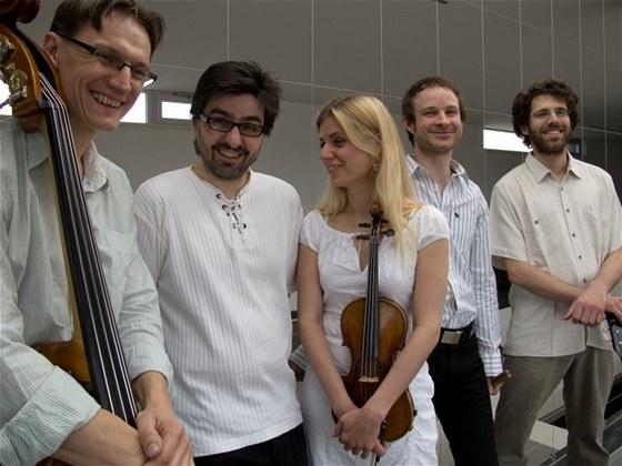 Marek Novotn� Quintet (zleva Petr Tich�, Marek Novotn�, Gabriela Vermelho,