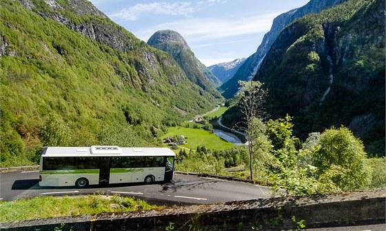 Pohled na údolí Naroydalen a serpentiny jedné z nejprudších silnic v Norsku