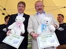 Plyšové medvědy pokřtili ledovou tříští brněnský primátor Roman Onderka a
