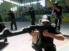 Do škol v Gaze dorazil vojenský výcvik. Hamas učí studenti zacházet se zbraněmi a házeet granáty (ilustrační foto).