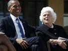 Současný prezident Barack Obama vtipkuje s Barbarou Bushovou, matkou bývalého