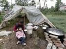 Provizorní přístřešek rodiny, která přišla o domov při zemětřesení  v čínské
