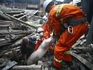 Záchranáři v troskách domů po zemětřesení  v čínské provincii S'-čchuan.