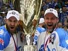 M� HO! Martin Straka (vpravo) se lask� s poh�rem pro hokejov� mistry