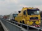 Nehoda dvou náklaďáků a dodávky na Pražském okruhu.