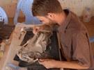 Archeologové zpracovávají úlomky sousoší boha Amona a jeho manželky Mut.